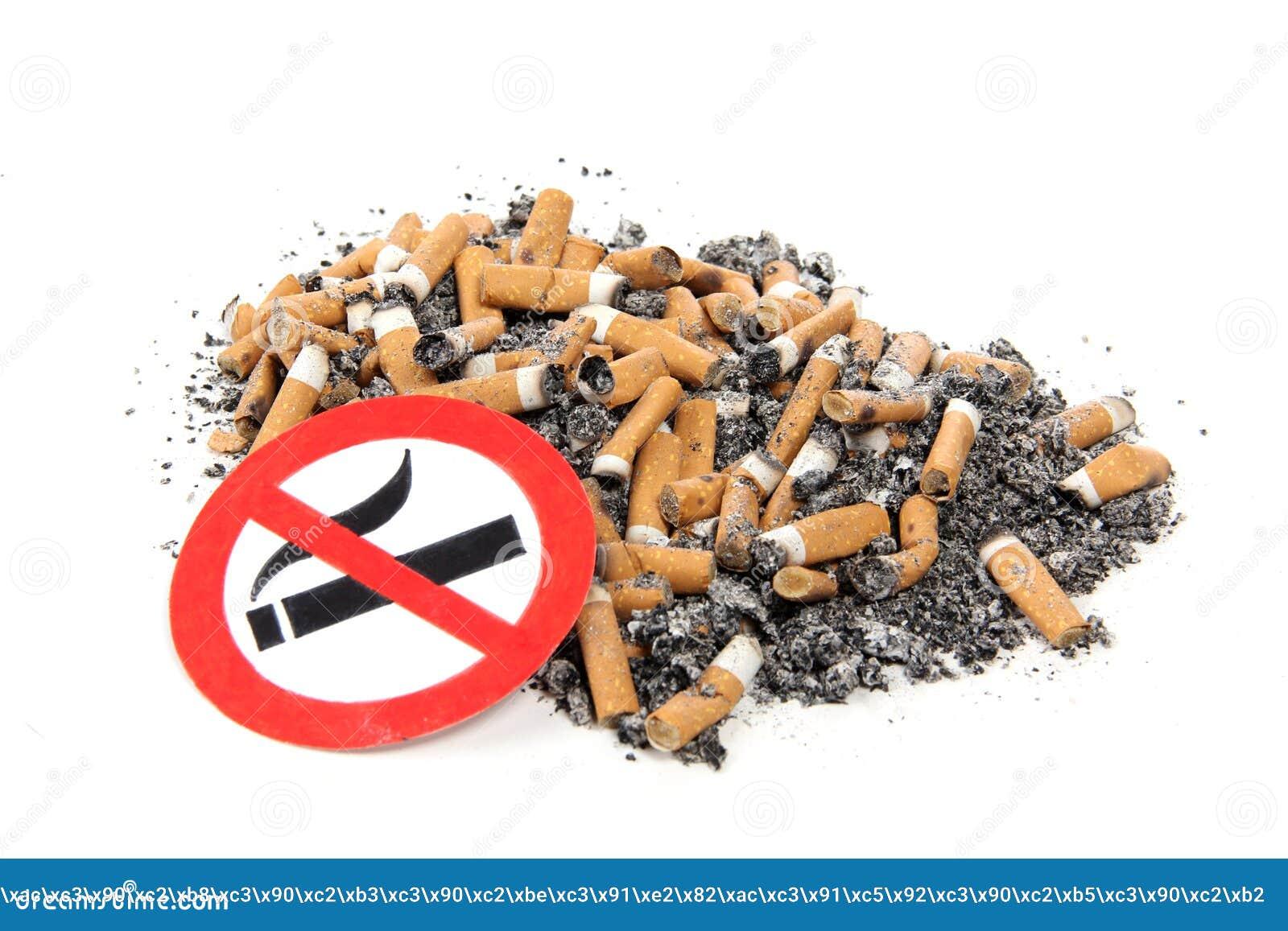 Ashtray τσιγάρο στο λευκό