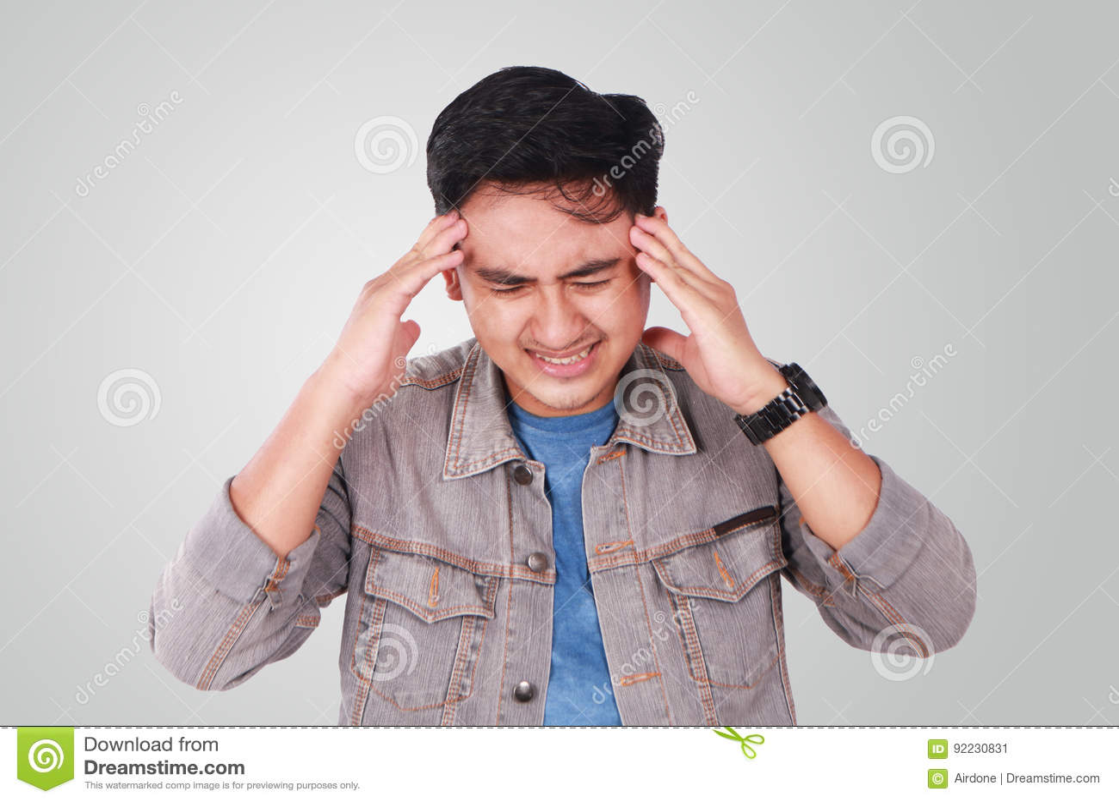 Asiático novo Guy Suffering Headache