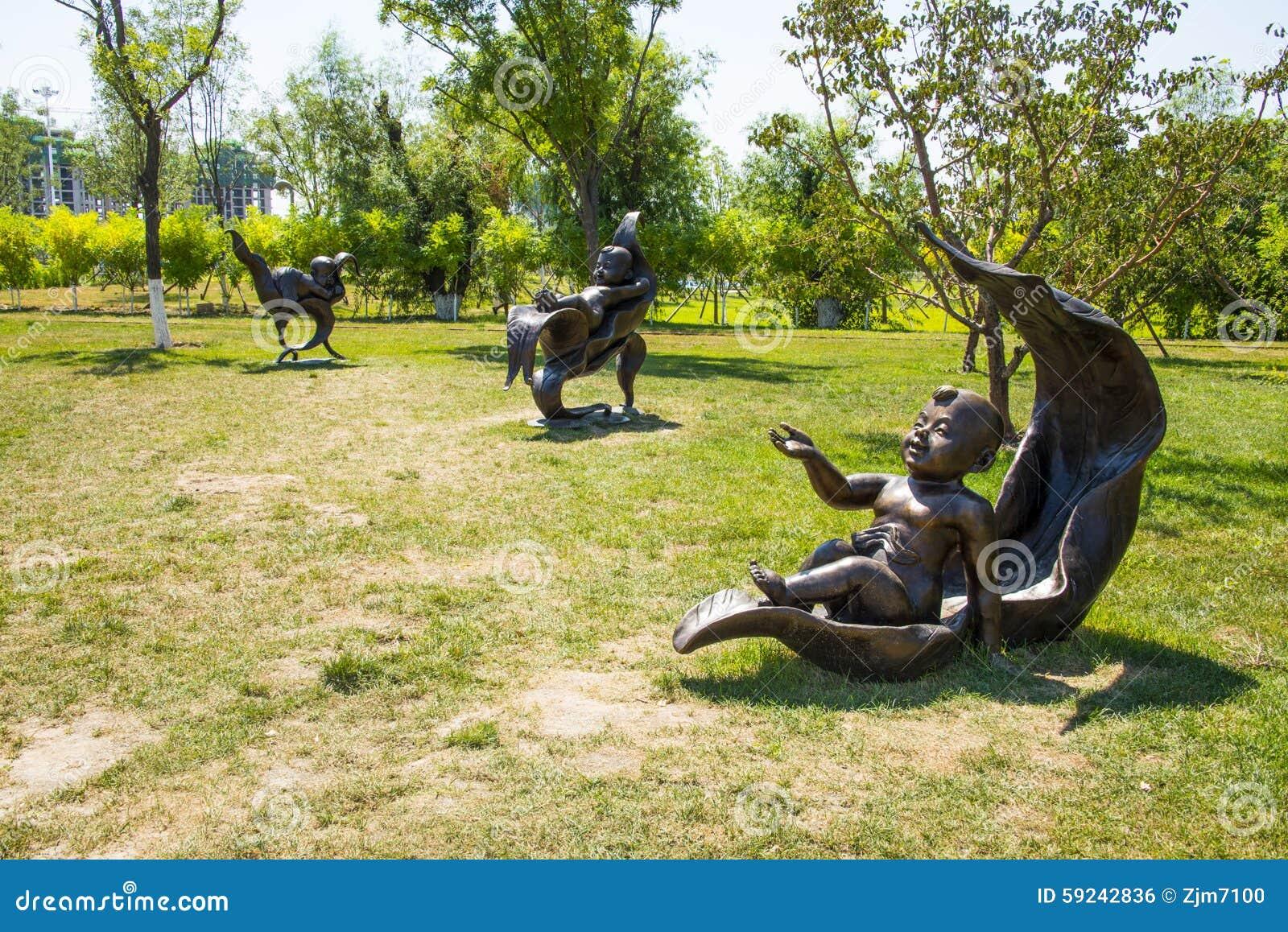 Asia China, Wuqing, Tianjin, expo verde, escultura del paisaje, mintiendo en las hojas del niño