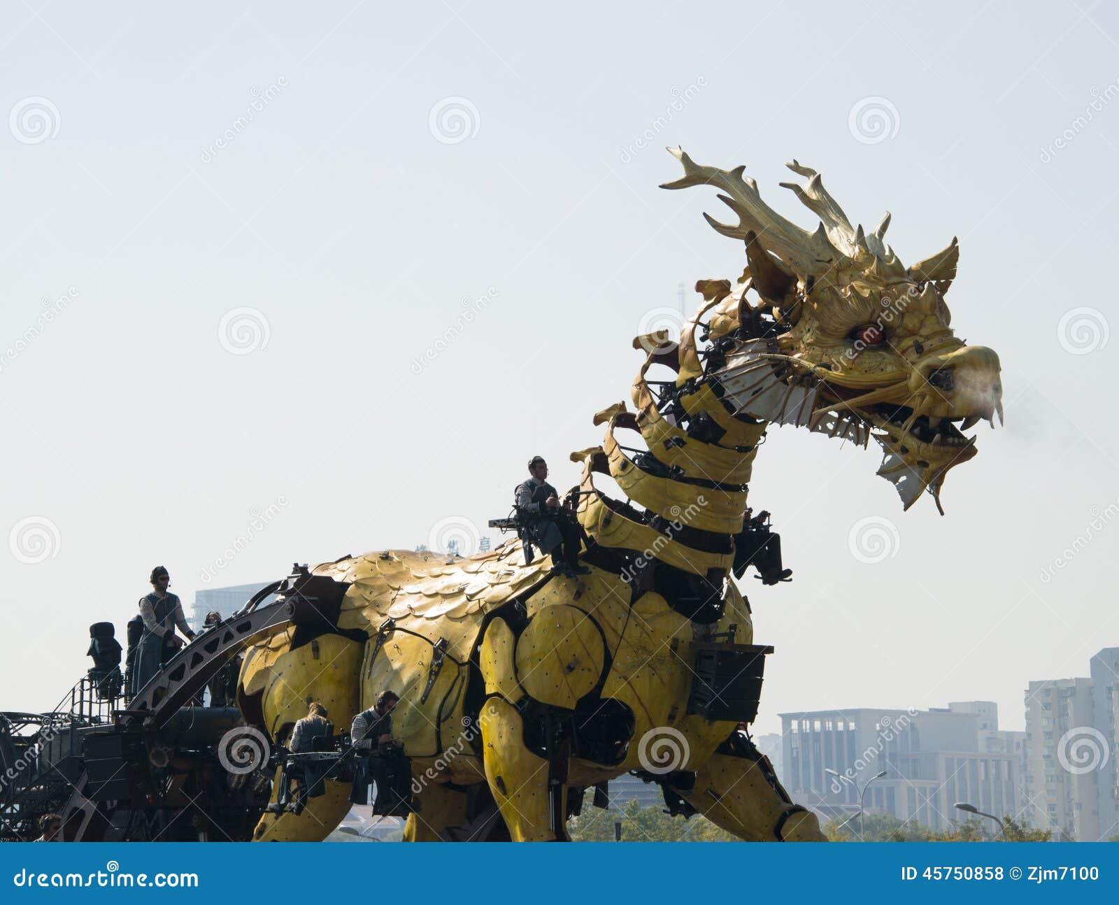 In Asia, la Cina, Pechino, parco olimpico, grandi prestazioni di parata del  del horse†del drago del macchinario della Francia