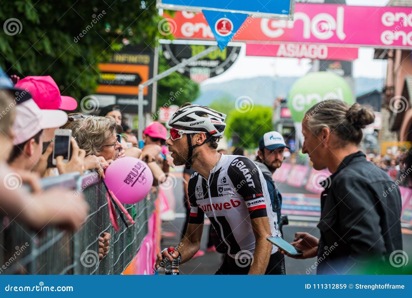Asiago, Itália 27 de maio de 2017: O ciclismo profissional, equipe de Sunweb, encontrou seus fãs