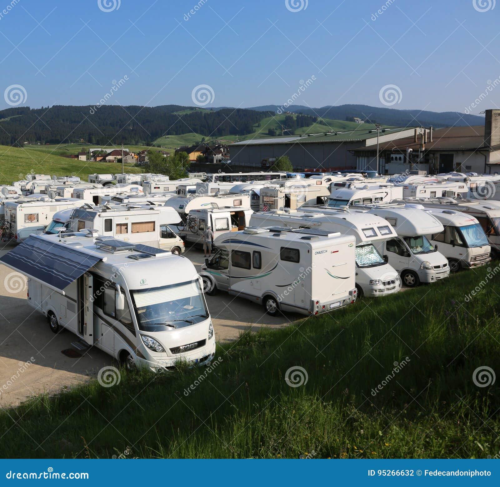 Asiago, VI Włochy, Maj, - 27, 2017: obozowicze w parking aft