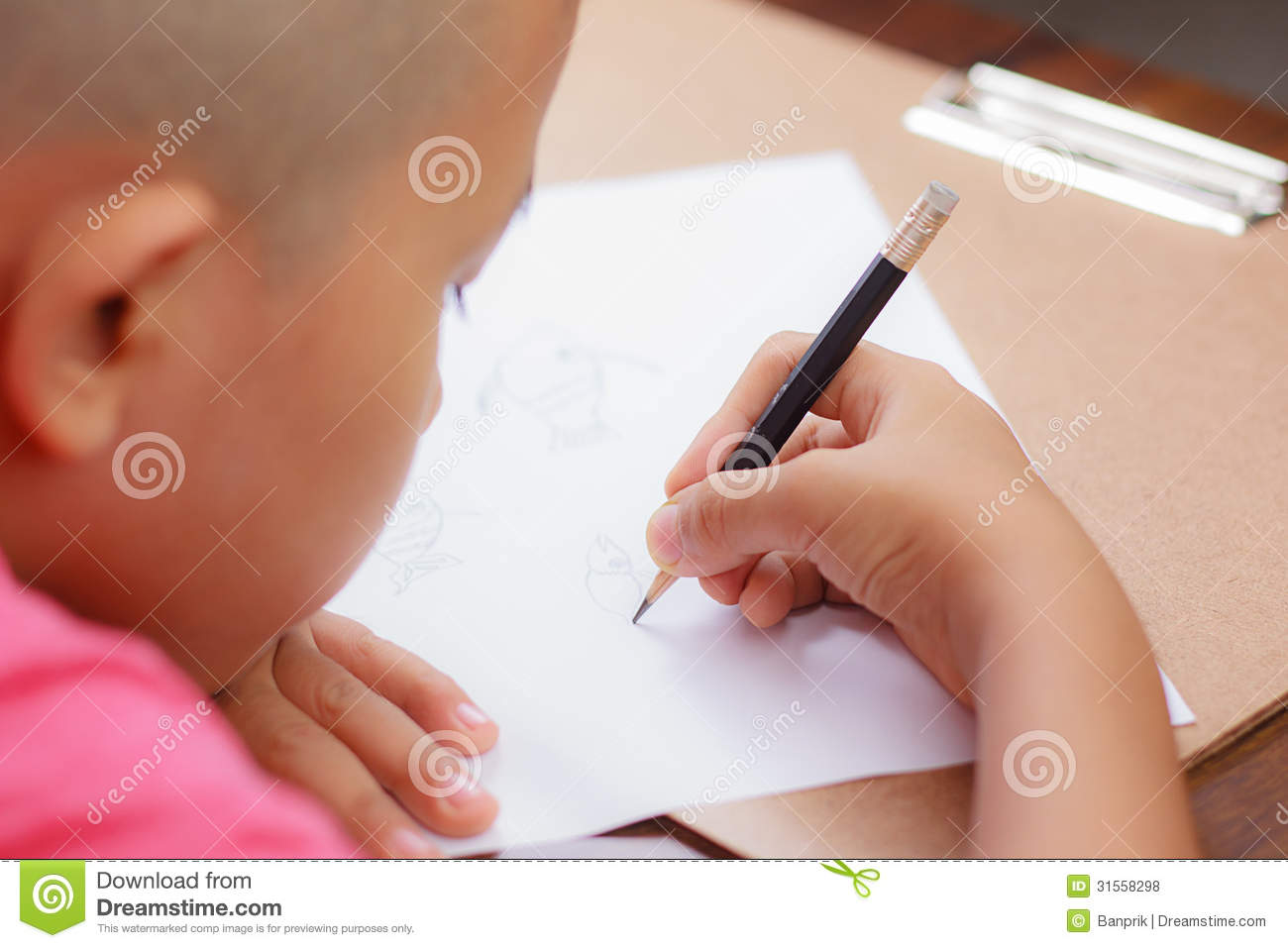 white paper to write on A white paper is a 6- to 8-page marketing document that helps a prospective customer understand an issue or solve a problem.