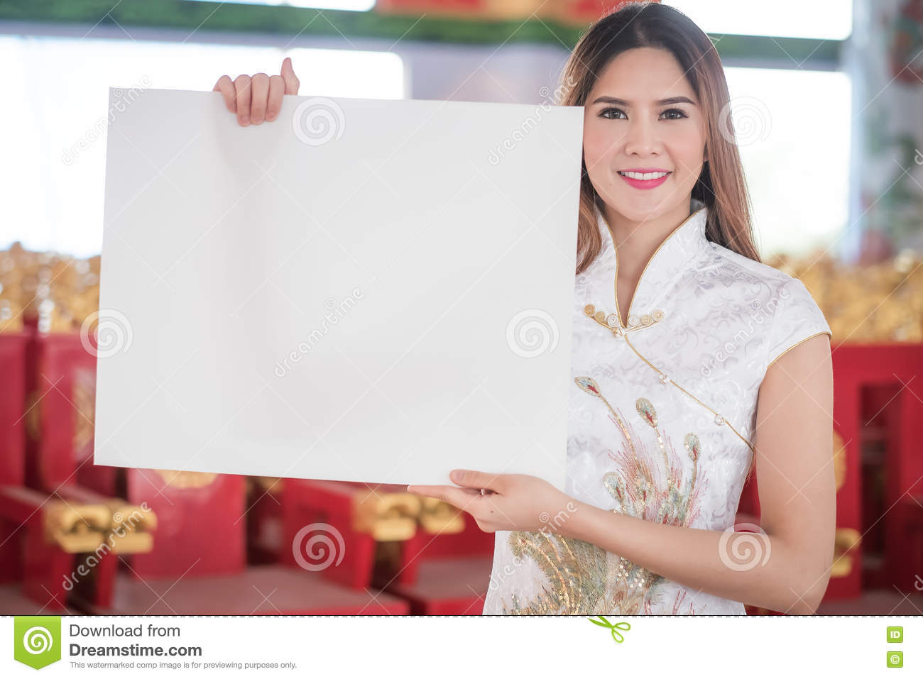 The Asian Chinese woman in Traditional Chinese hold empty blank