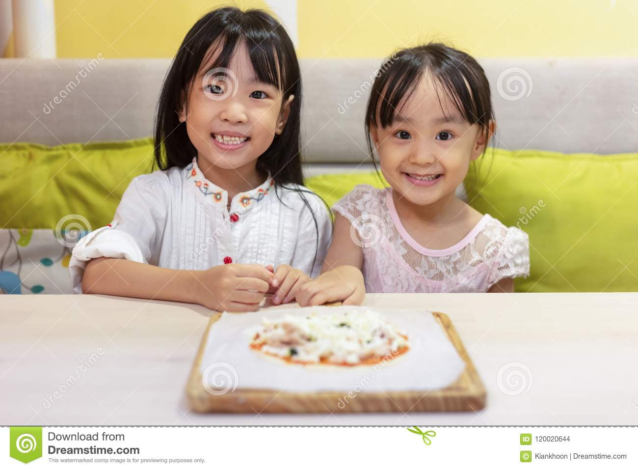 Asian Little Chinese Girls DIY mini pizza