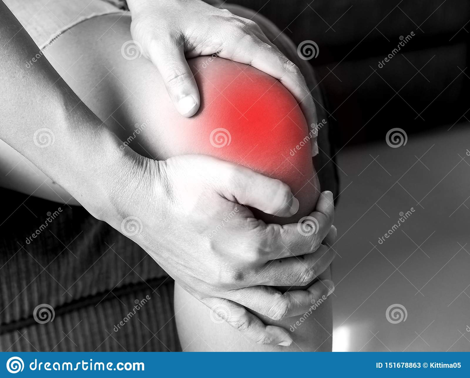 Asian people have knee pain, pain from health problems in the body.