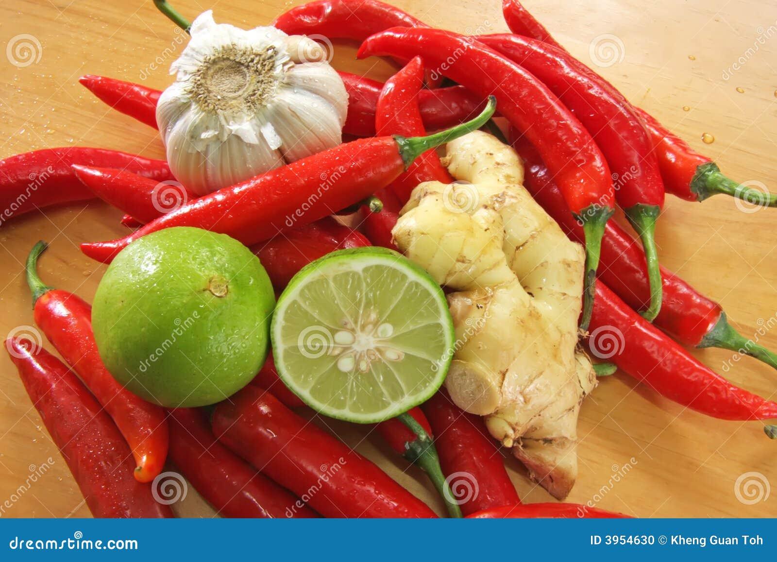 Asiat, der Bestandteile kocht