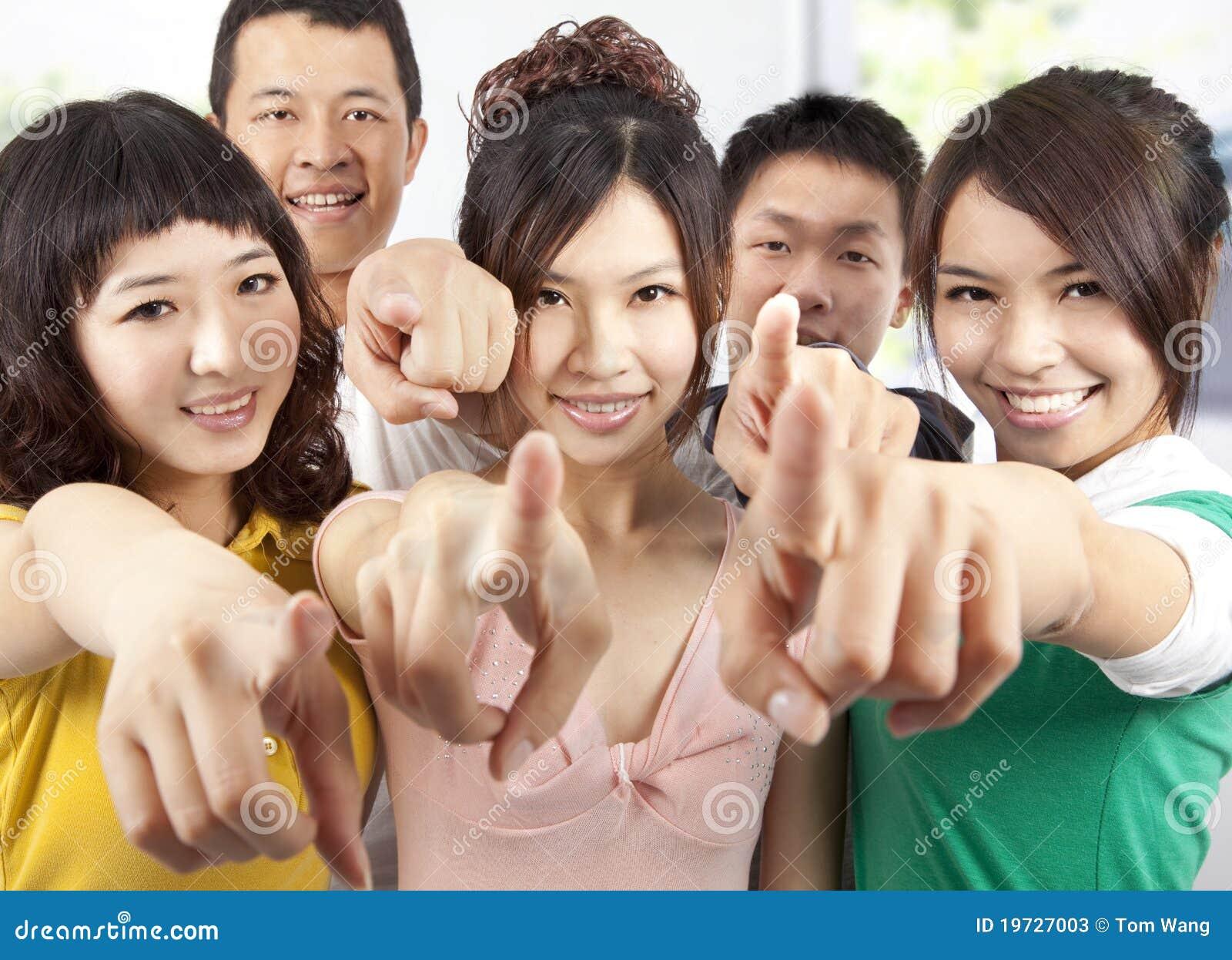 Asiat som pekar le deltagare