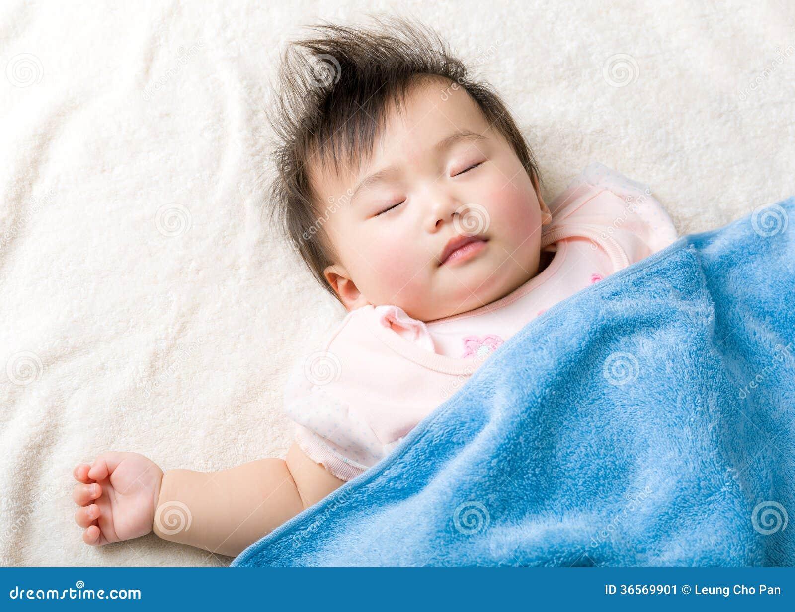 Asiatet behandla som ett barn att sova för flicka