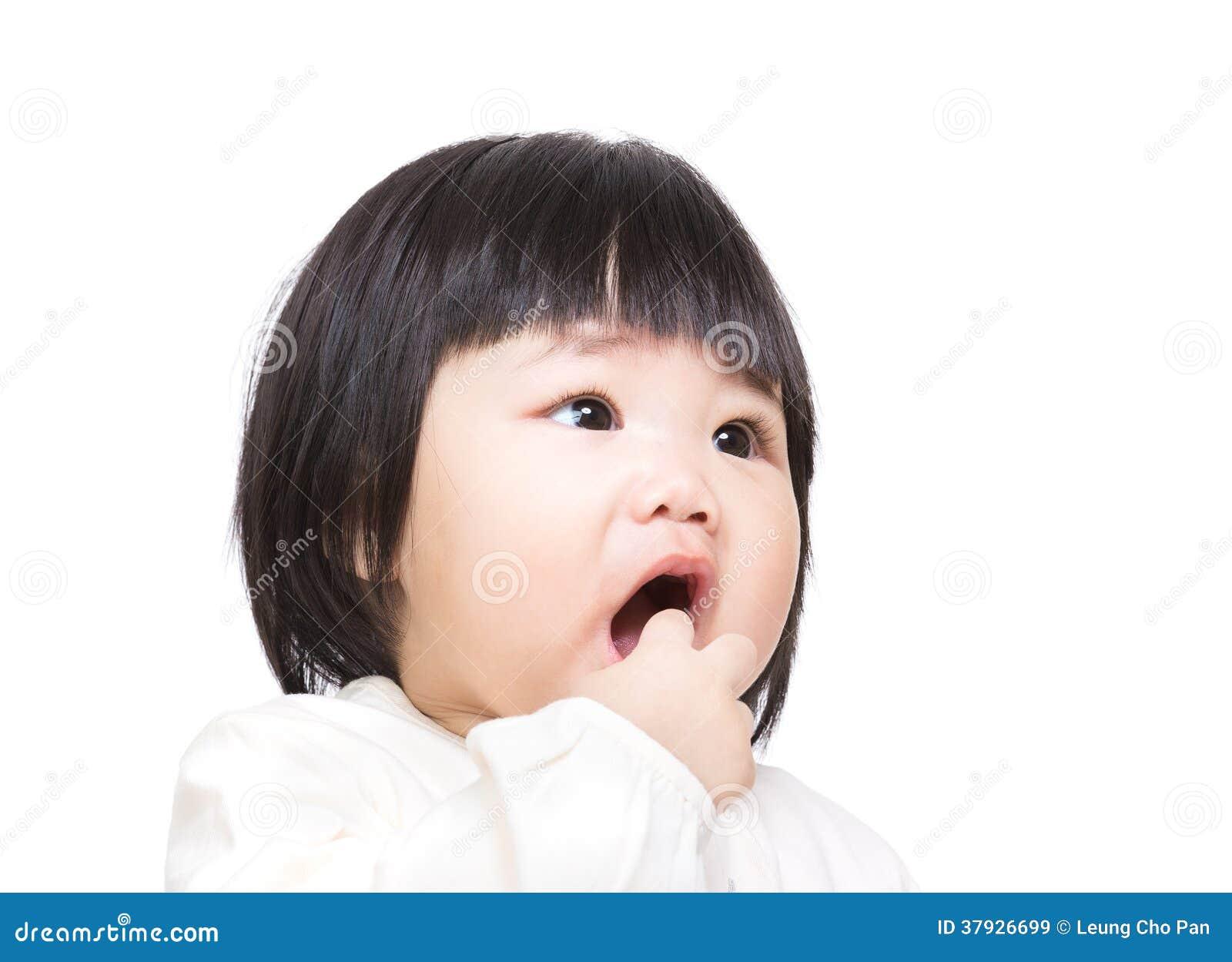 Asiatet behandla som ett barn flickan suger fingret in i mun