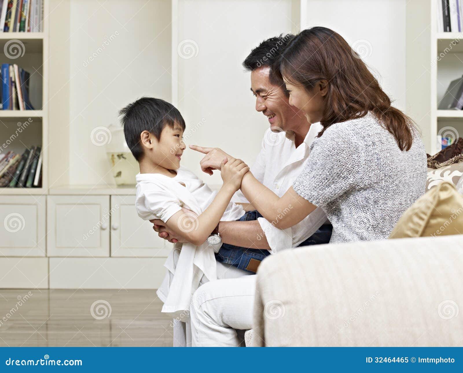 Asiatföräldrar och son