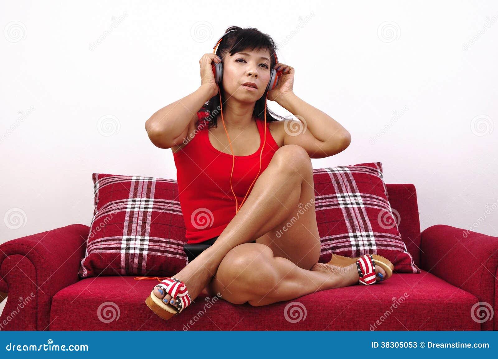 Asiatin Squirtet Auf Dem Sofa