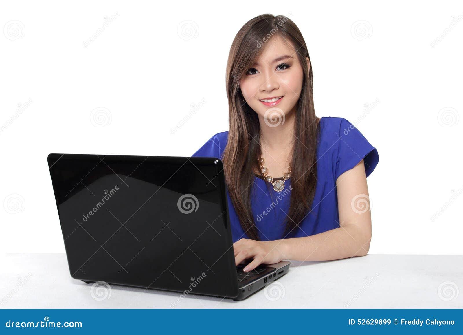 Asiatinnen, die Laptop verwenden