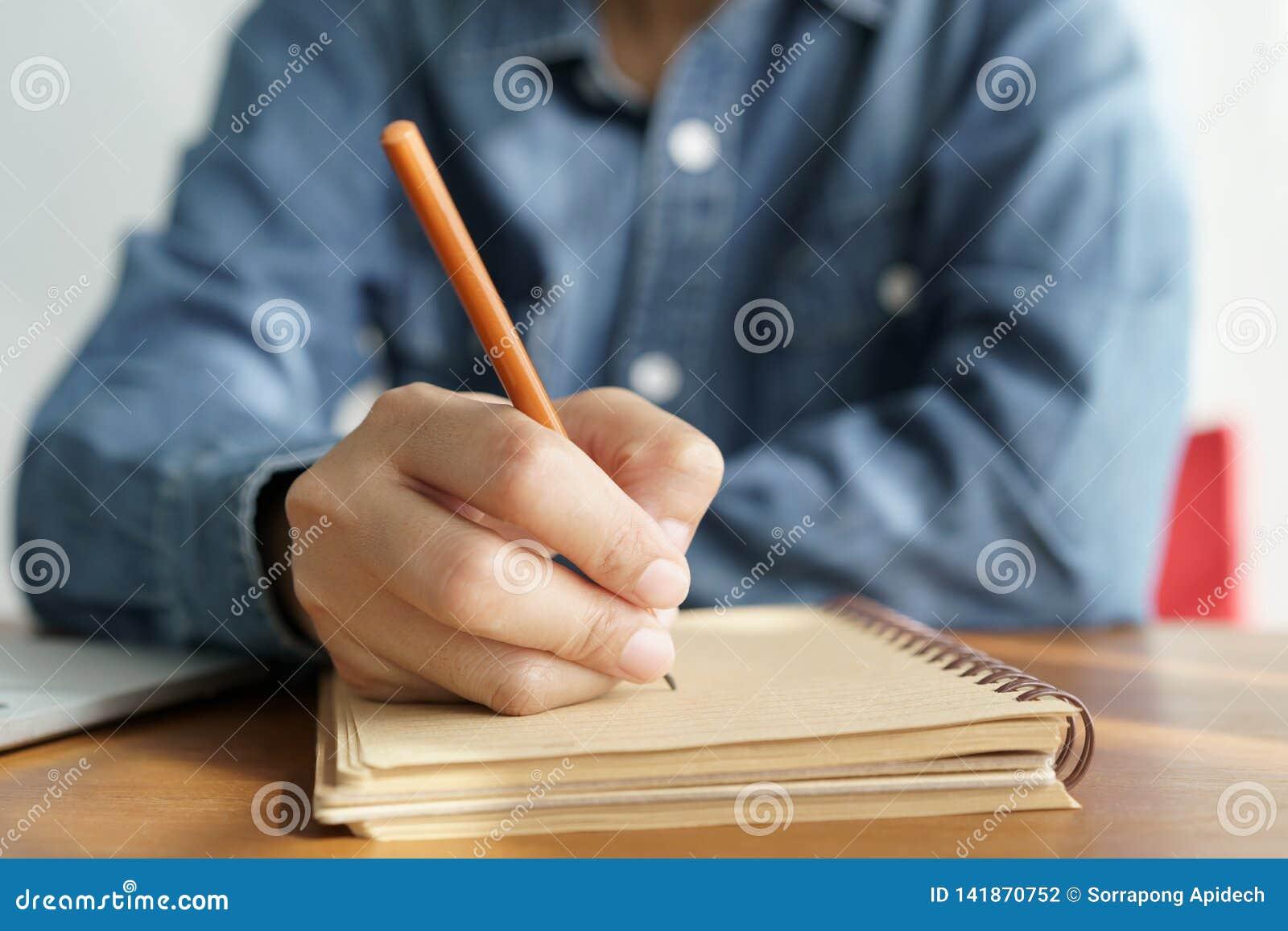 Asiatinnen nehmen Kenntnisse mit einem Bleistift im Büro, Geschäftsfraufunktion