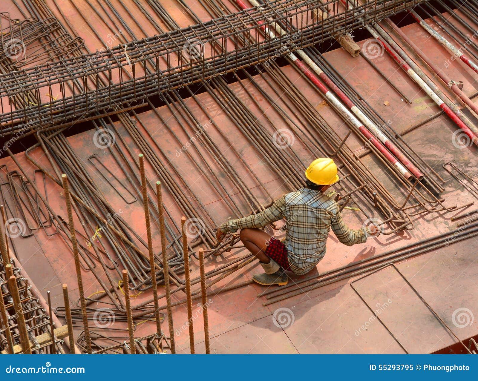 Asiatische Arbeitskräfte, die an der Baustelle arbeiten
