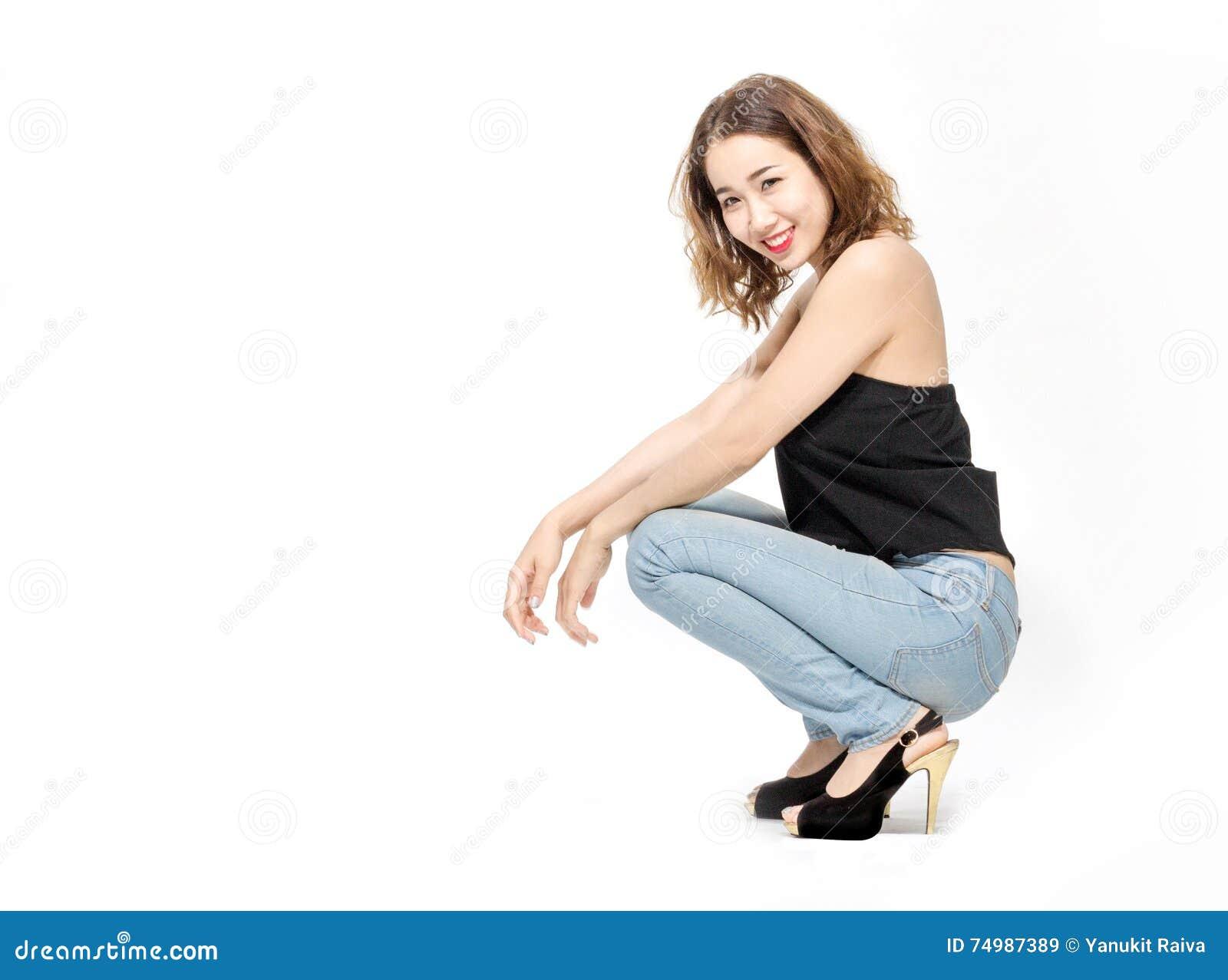 Asiatische Damenaufgabe auf weißem Hintergrund