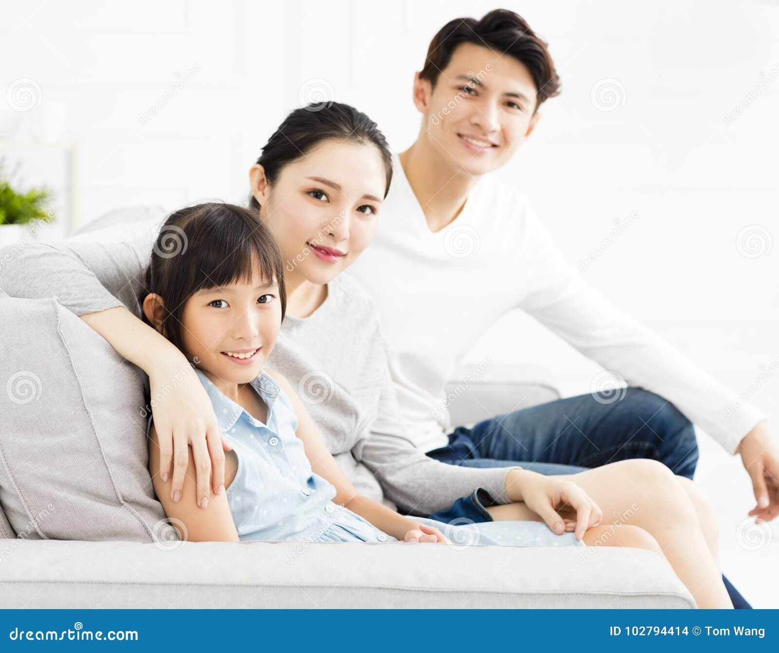 Asiatische familie auf sofa im wohnzimmer stockfoto bild for Sofa asiatisch