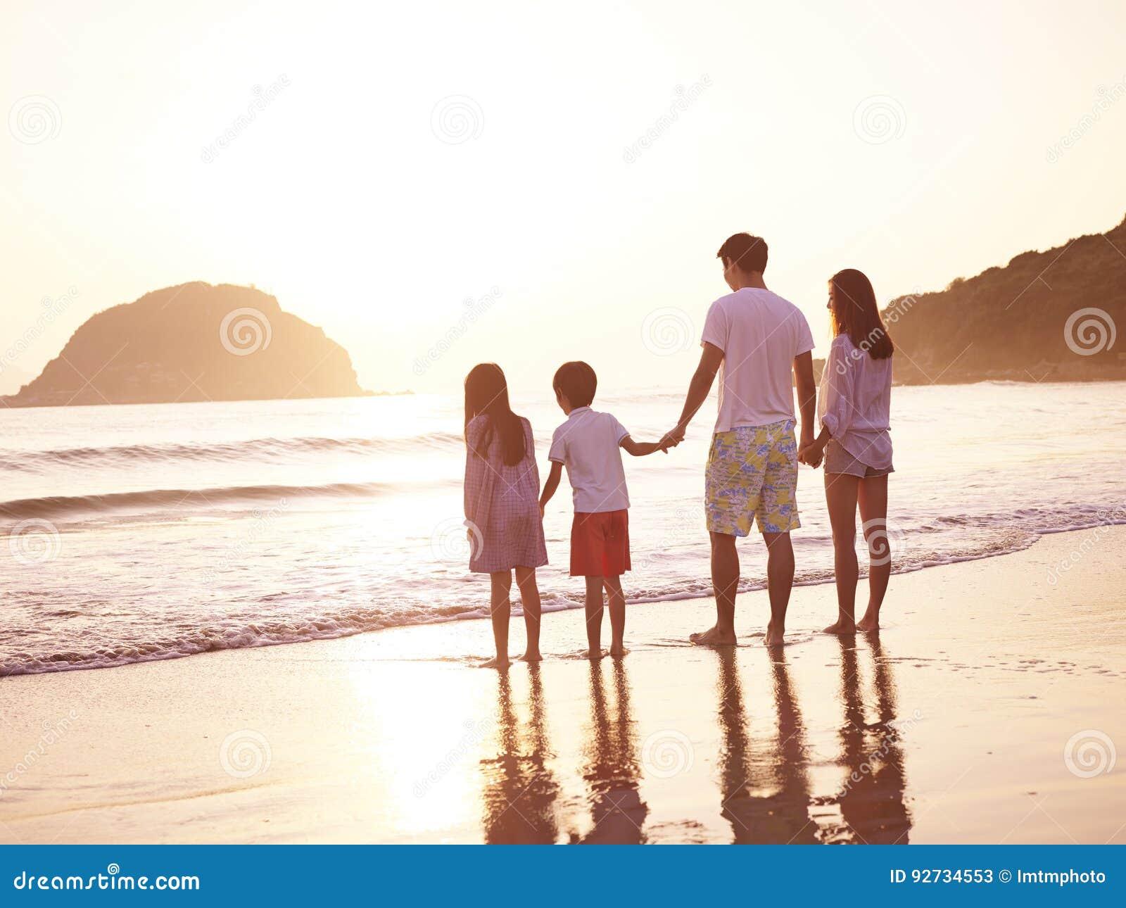 Asiatische Familie auf Strand