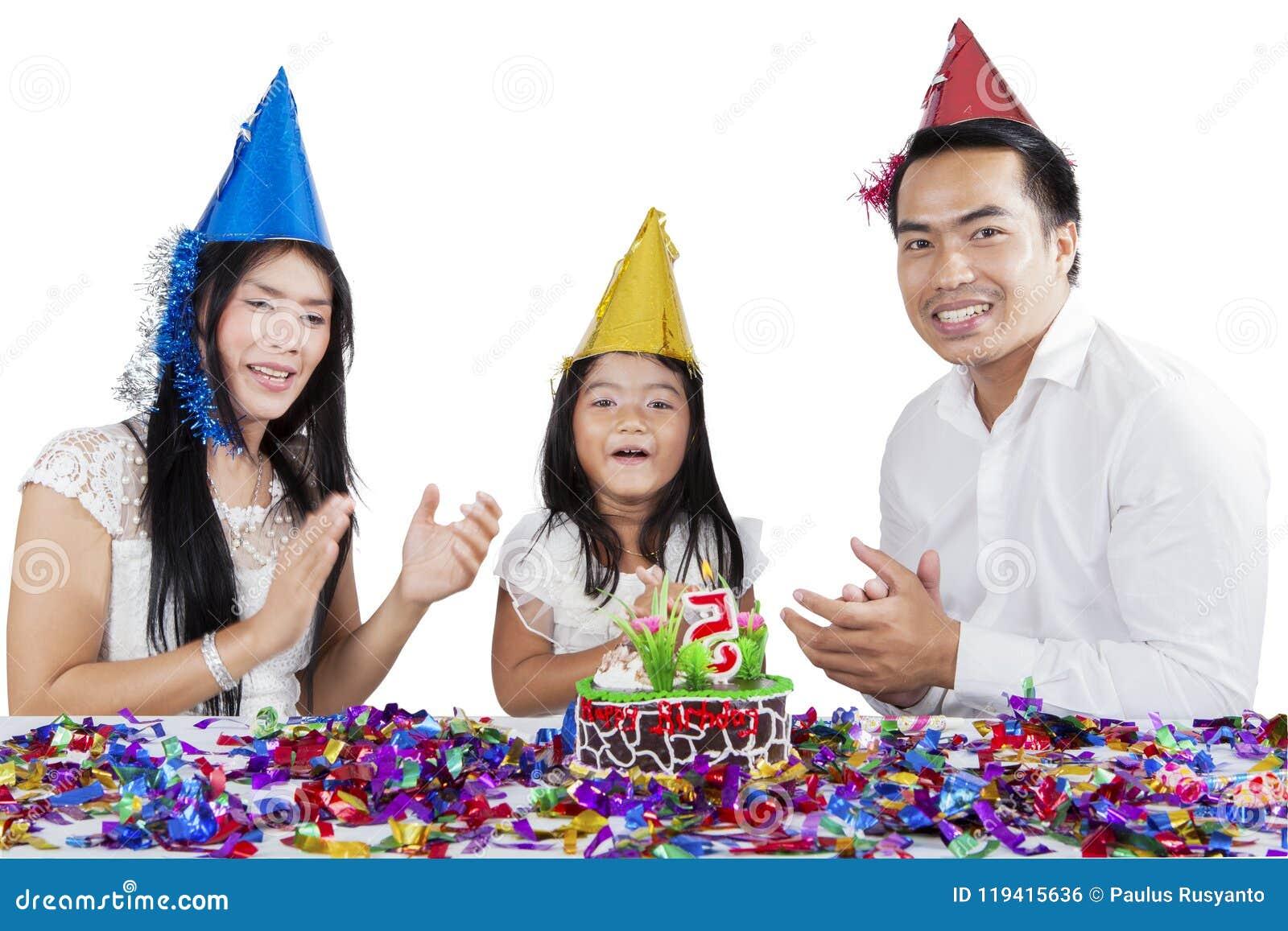 Asiatische Familie, die einen Geburtstag auf Studio feiert