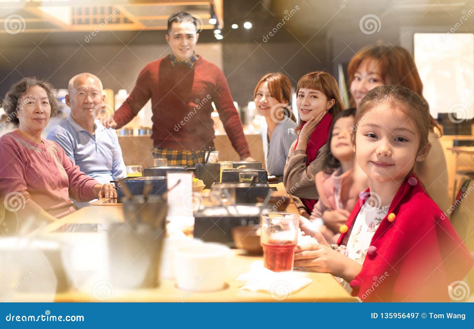 Erwachsene Familie, Die Weihnachtszu Abend Isst Stockfoto