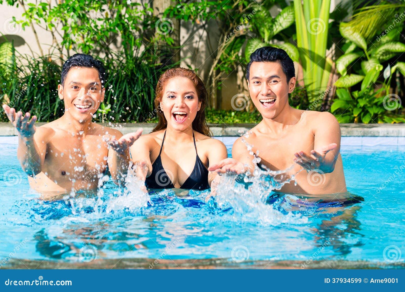 Asiatische Freunde, die im Pool schwimmen
