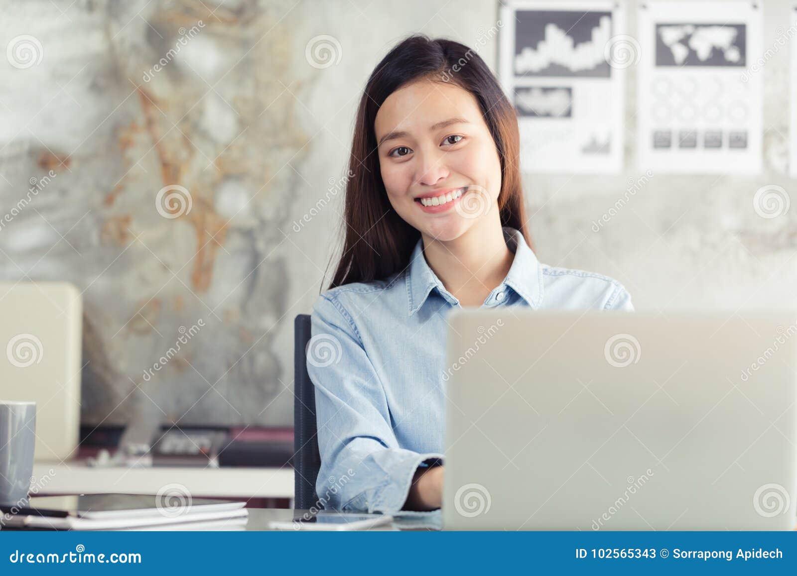 Asiatische Geschäftsfrau der neuen Generation, die Laptop im Büro verwendet