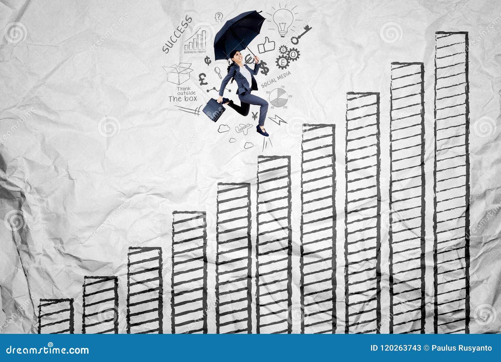 Asiatische Geschäftsfrau, die über Wachstumstabelle läuft