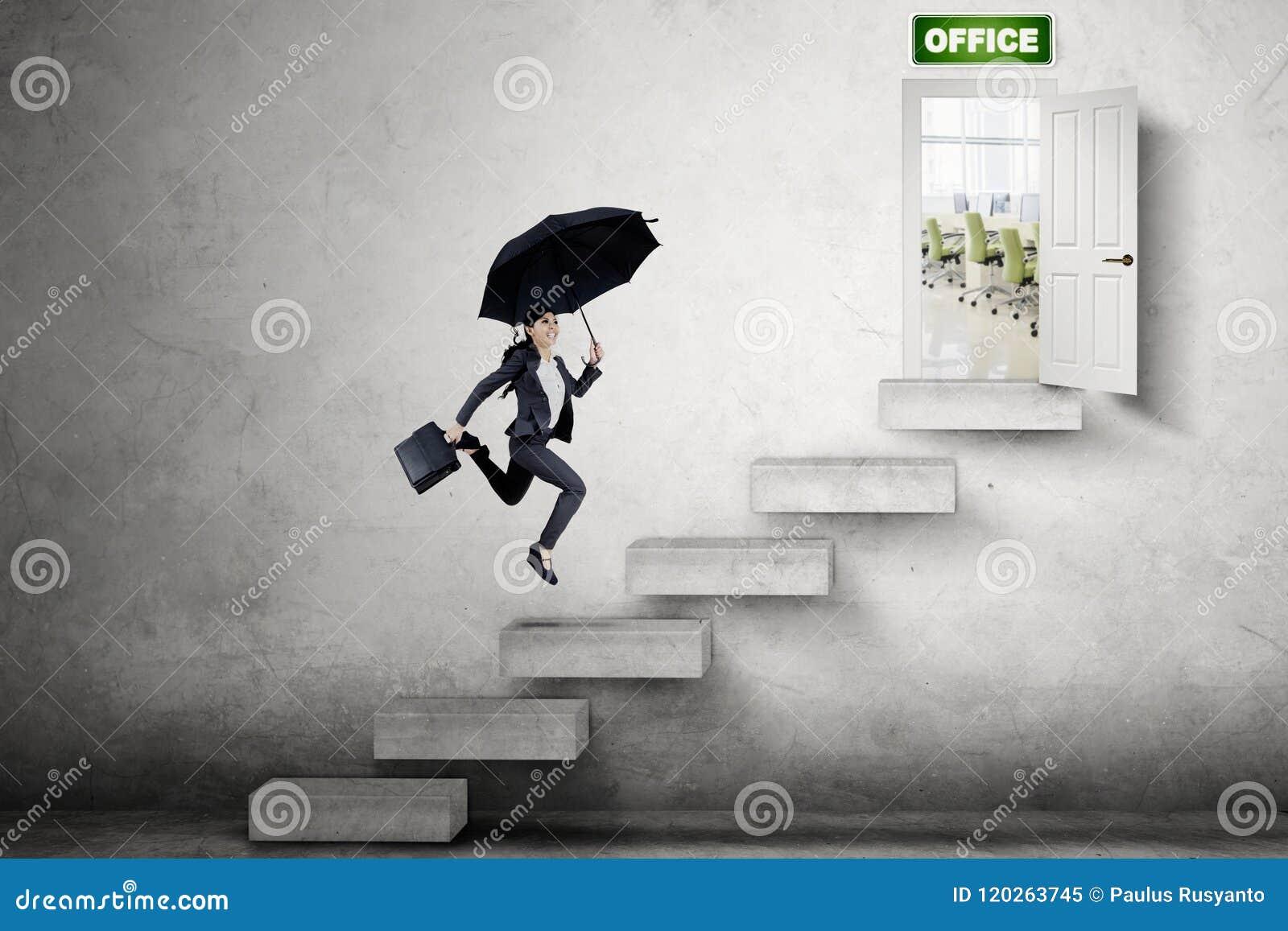 Asiatische Geschäftsfrau, die in Richtung zur Bürotür läuft