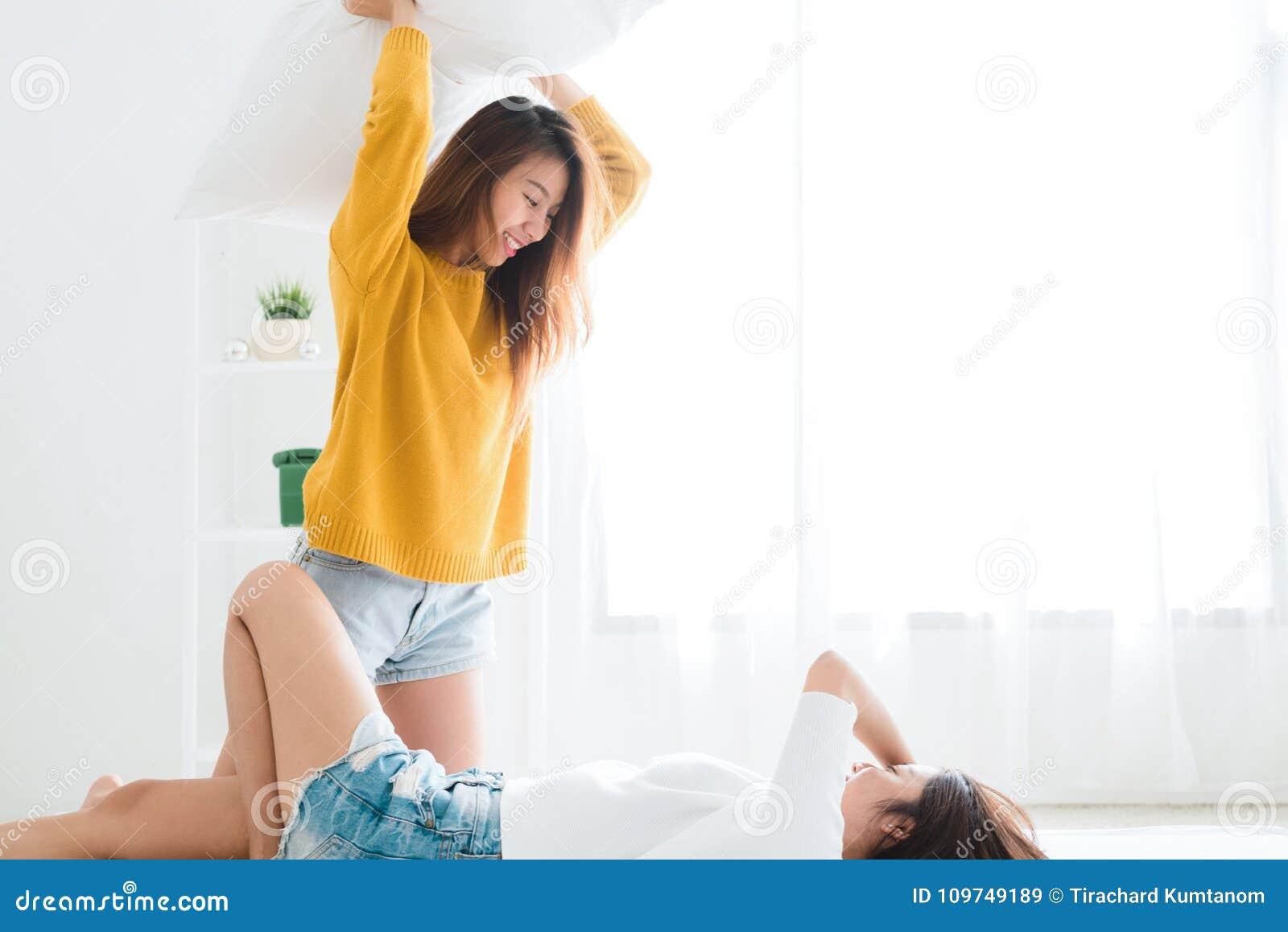 Dünne lesbische Mädchen, die Spaß miteinander haben