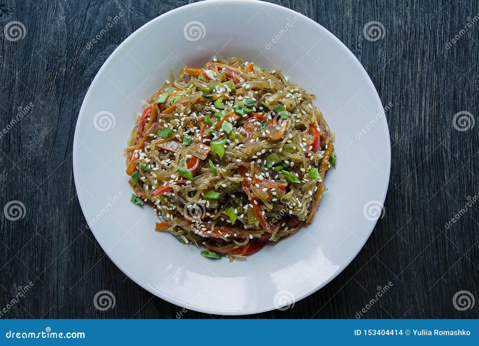 Asiatische Kche Salat Von Zellophannudeln, Gebraten Mit Dem Gemse, Verziert Mit Grns Und ...
