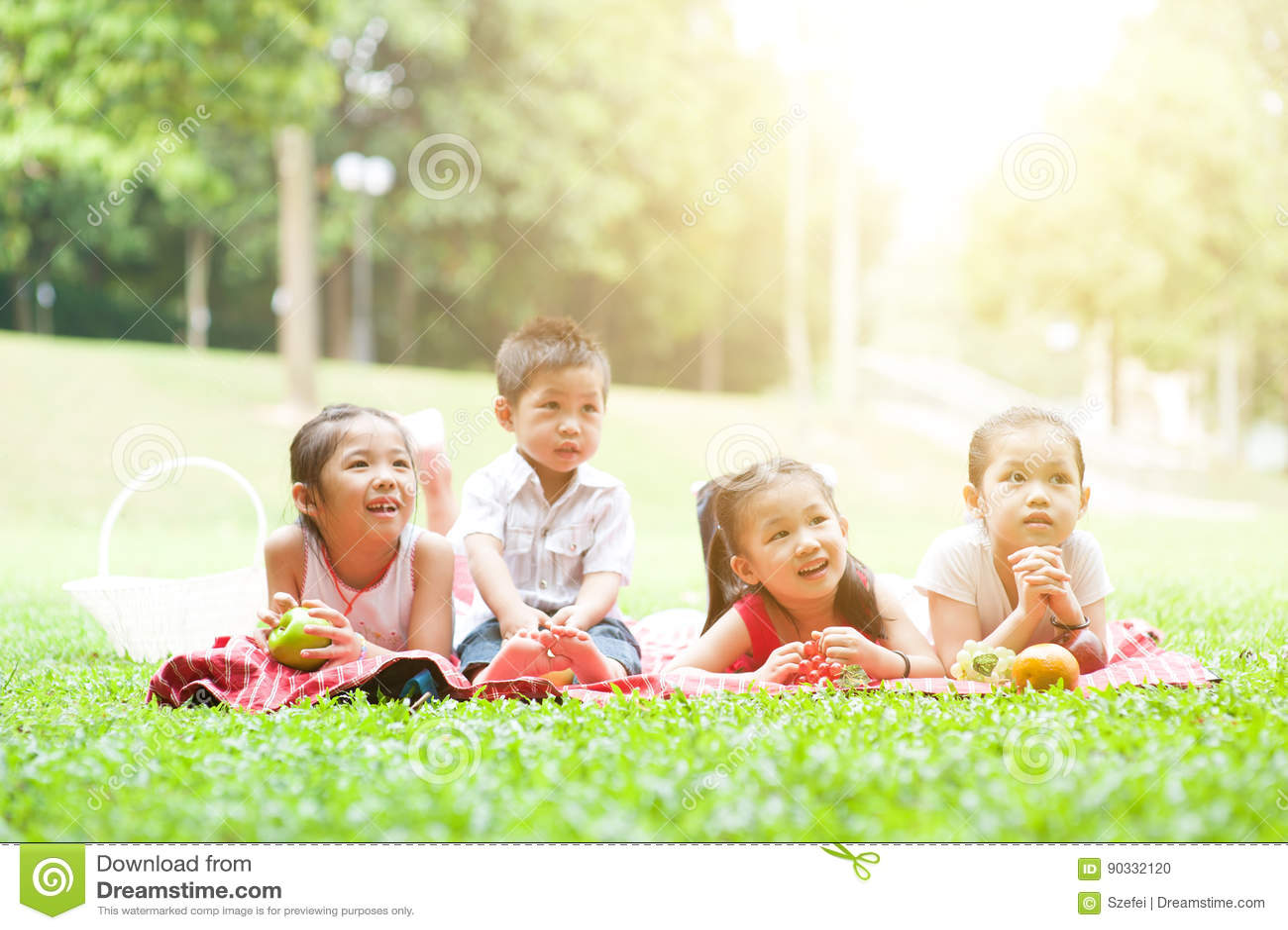 Asiatische Kinderpicknicks im Freien
