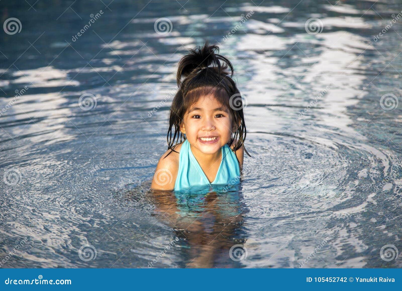 Asiatische Mädchenliebesschwimmen