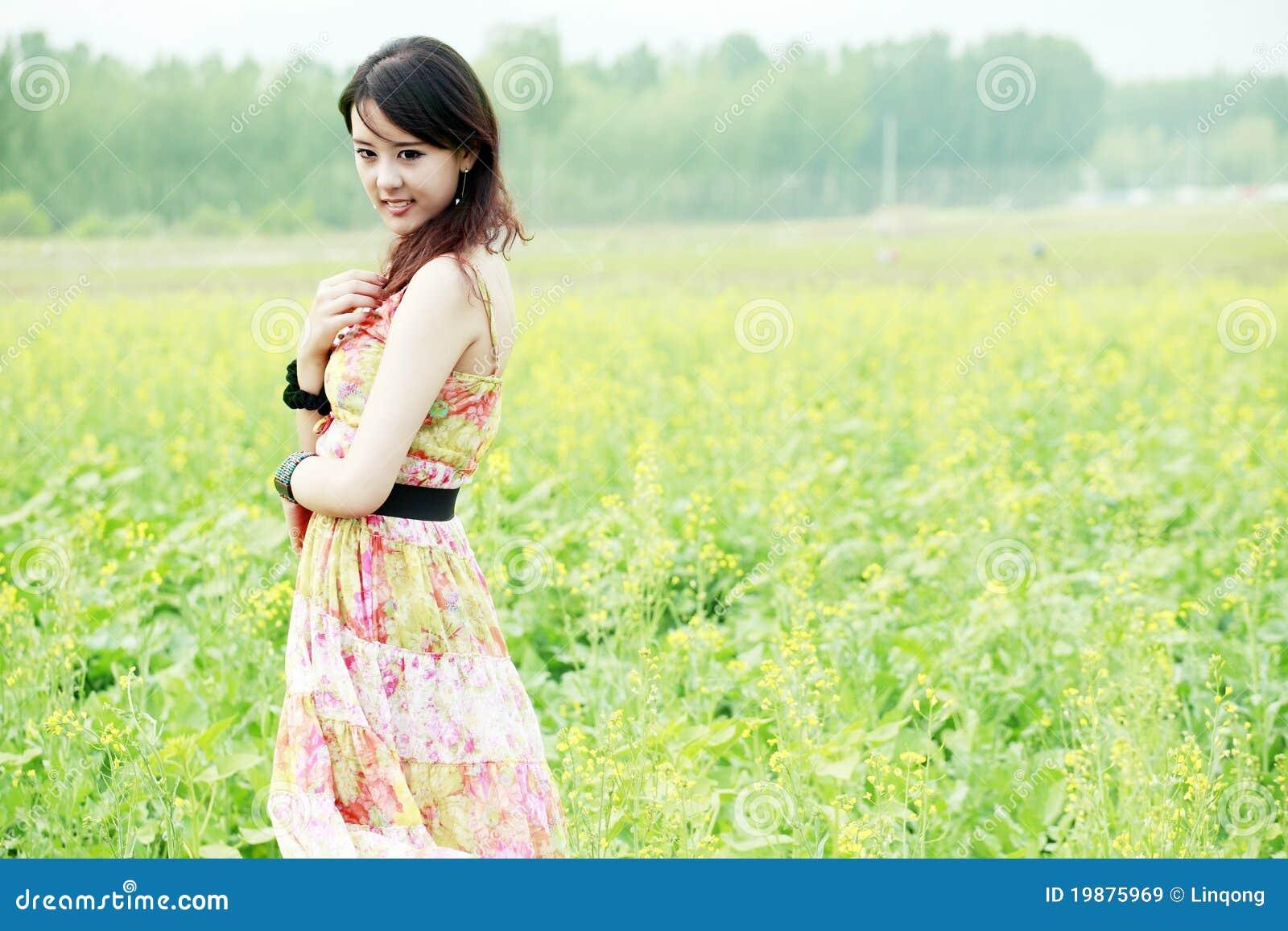 Asiatische Schönheit auf dem Rapsgebiet