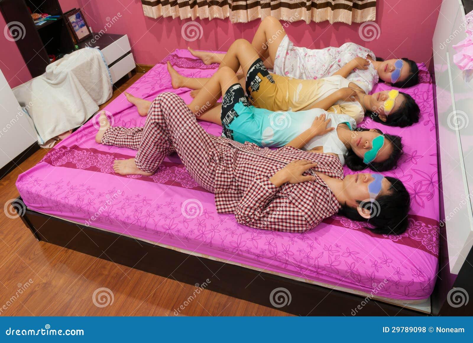 thailändische Mädchen im Bett