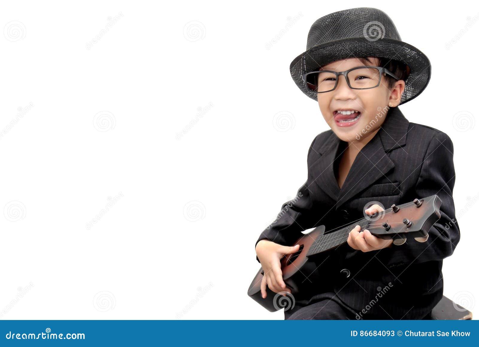 Asiatischer Junge, der Gitarre auf lokalisiertem weißem Hintergrund spielt