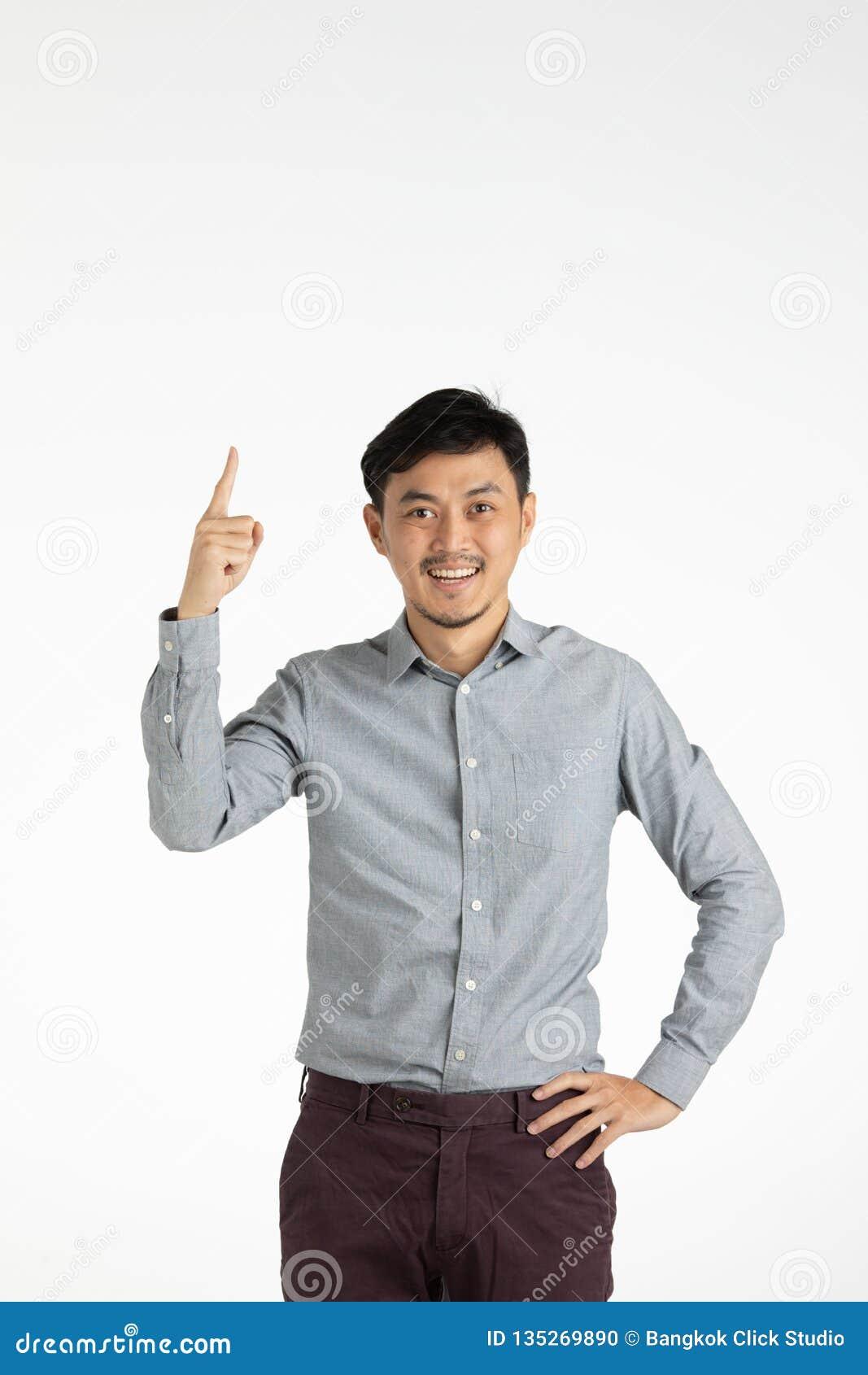 Asiatischer junger Mann klicken an Idee