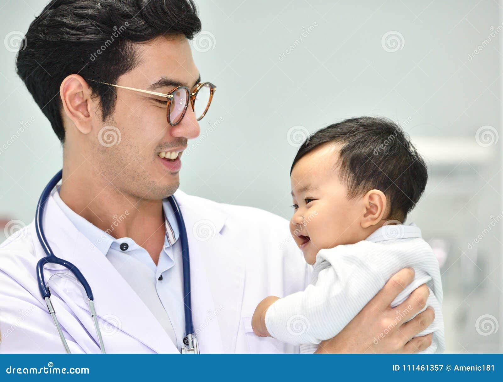 Asiatischer Kinderarzt kümmert sich um Baby