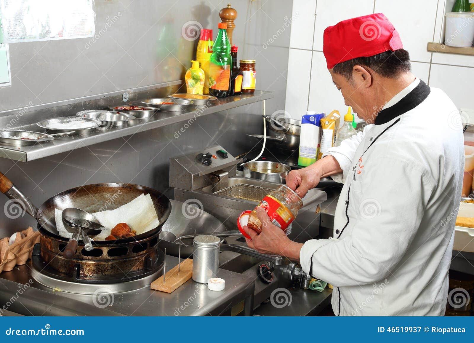Asiatischer Koch, Der Gewürze Beim Kochen Setzt Stockfoto - Bild ... | {Koch beim kochen 23}