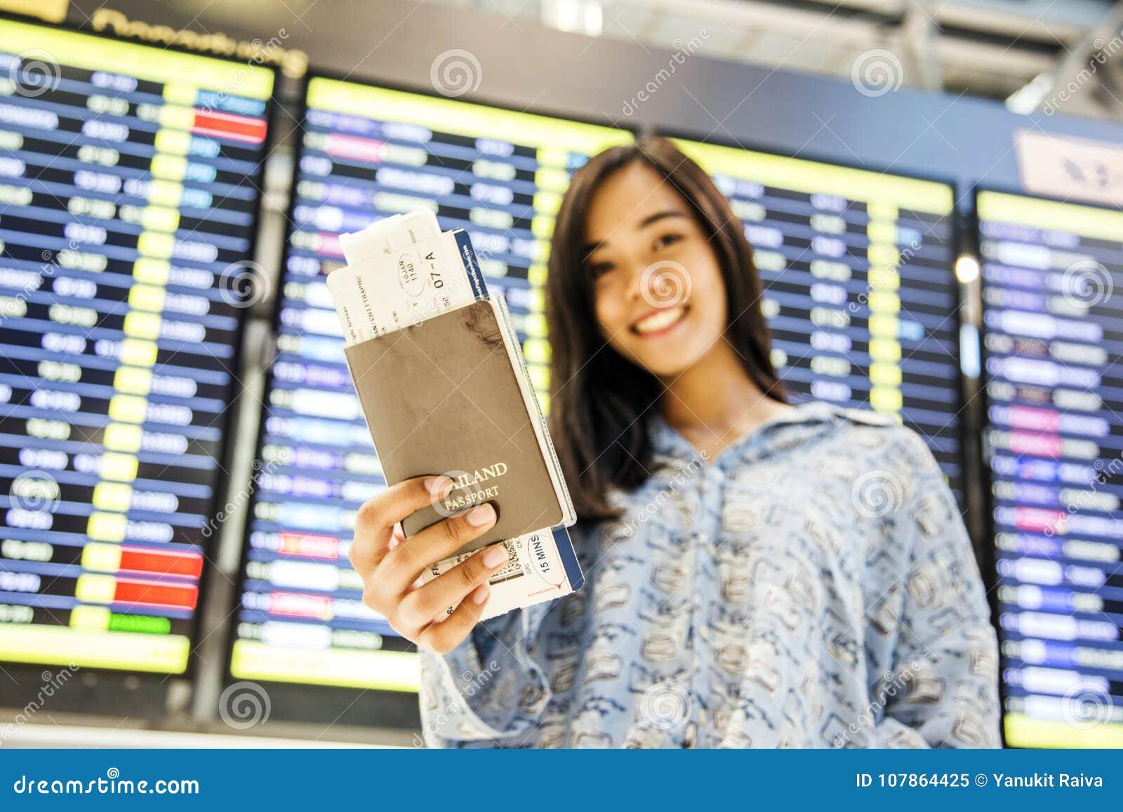 Asiatischer Mädchenprüfungsflug am Flughafen