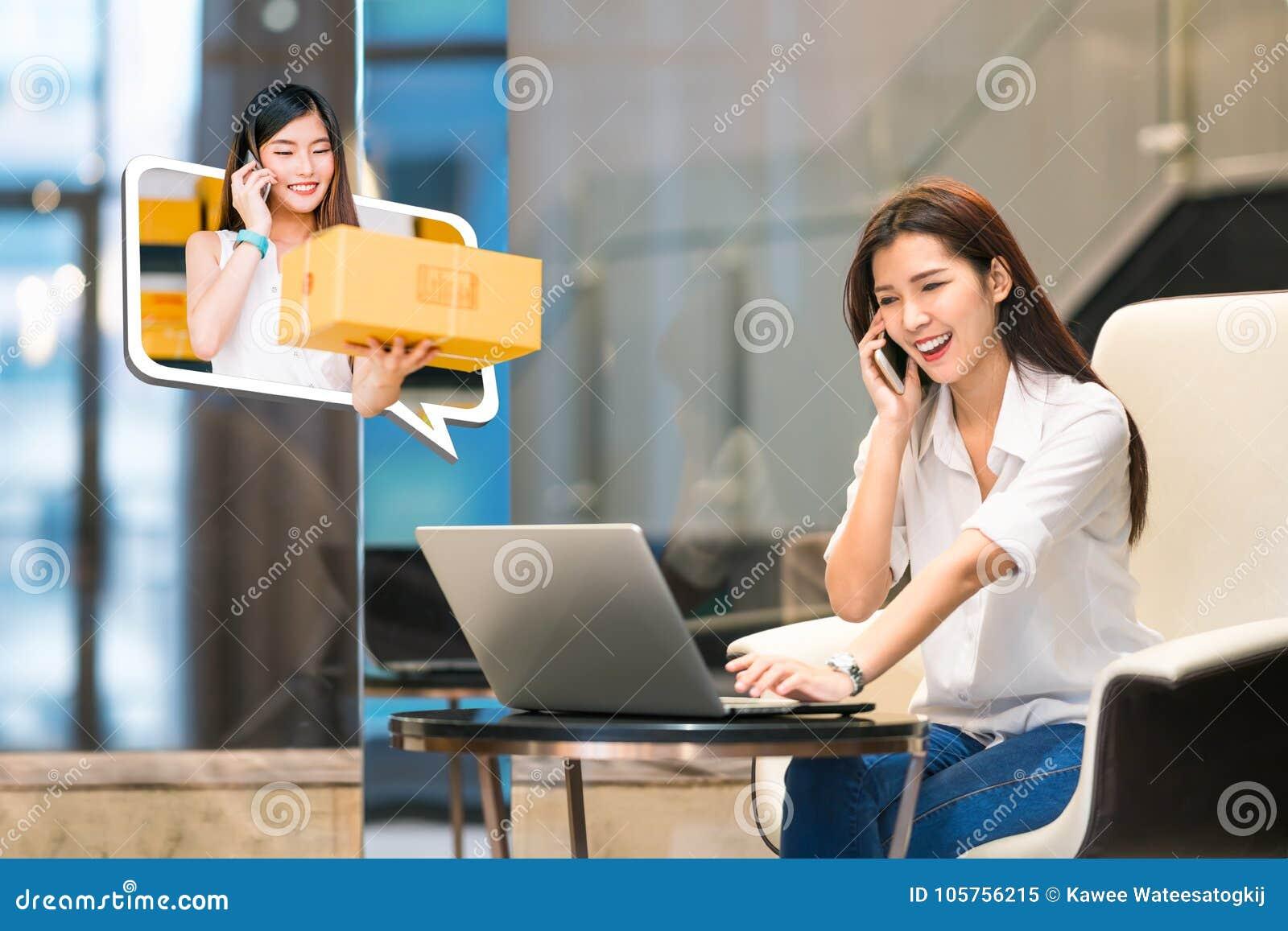 Asiatischer Mädchenshop online unter Verwendung des Telefonanrufs mit dem weiblichen Kleinunternehmer, der Paketkasten liefert In