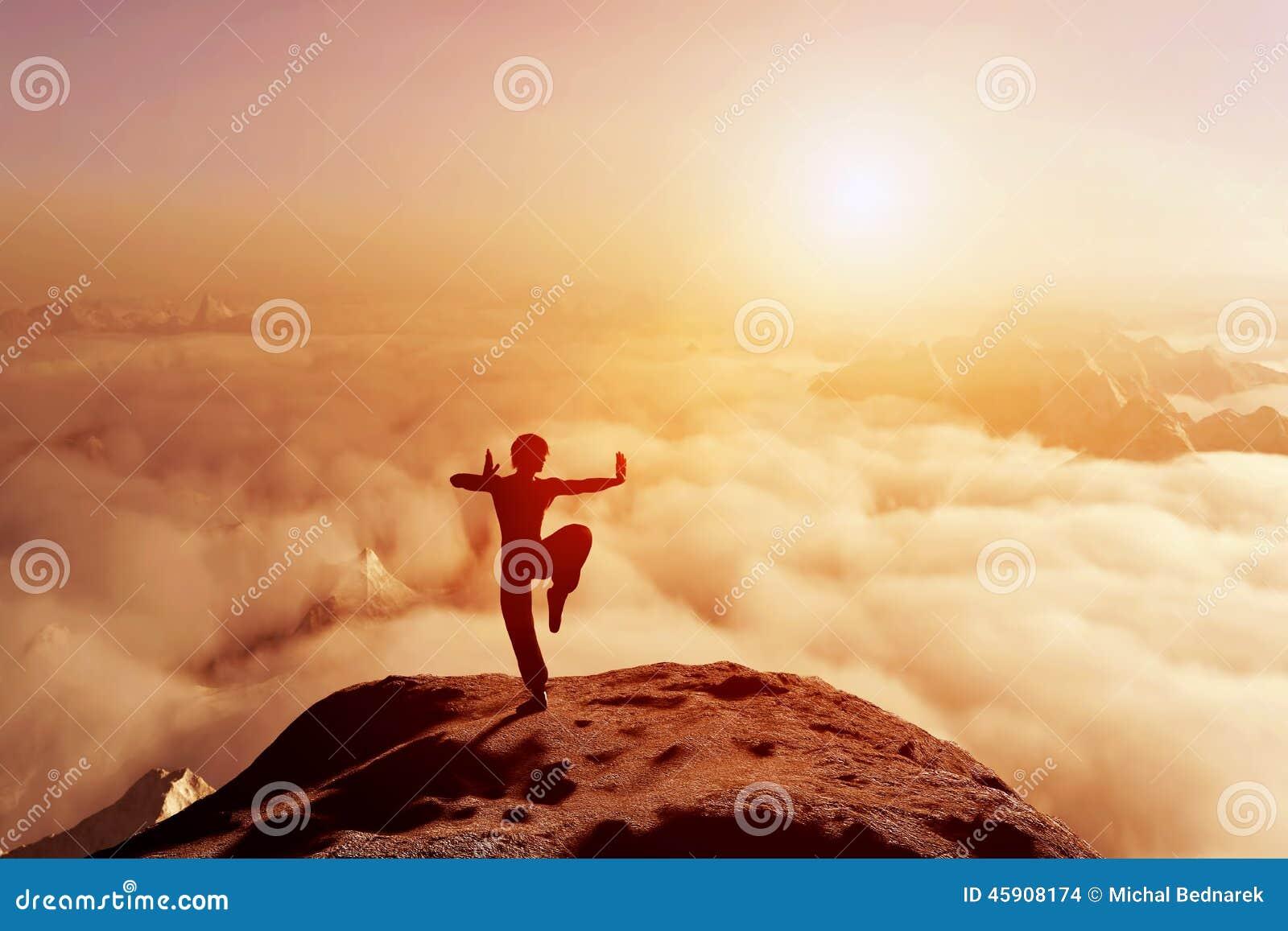 Asiatischer Mann meditiert in Yogaposition Über Wolken