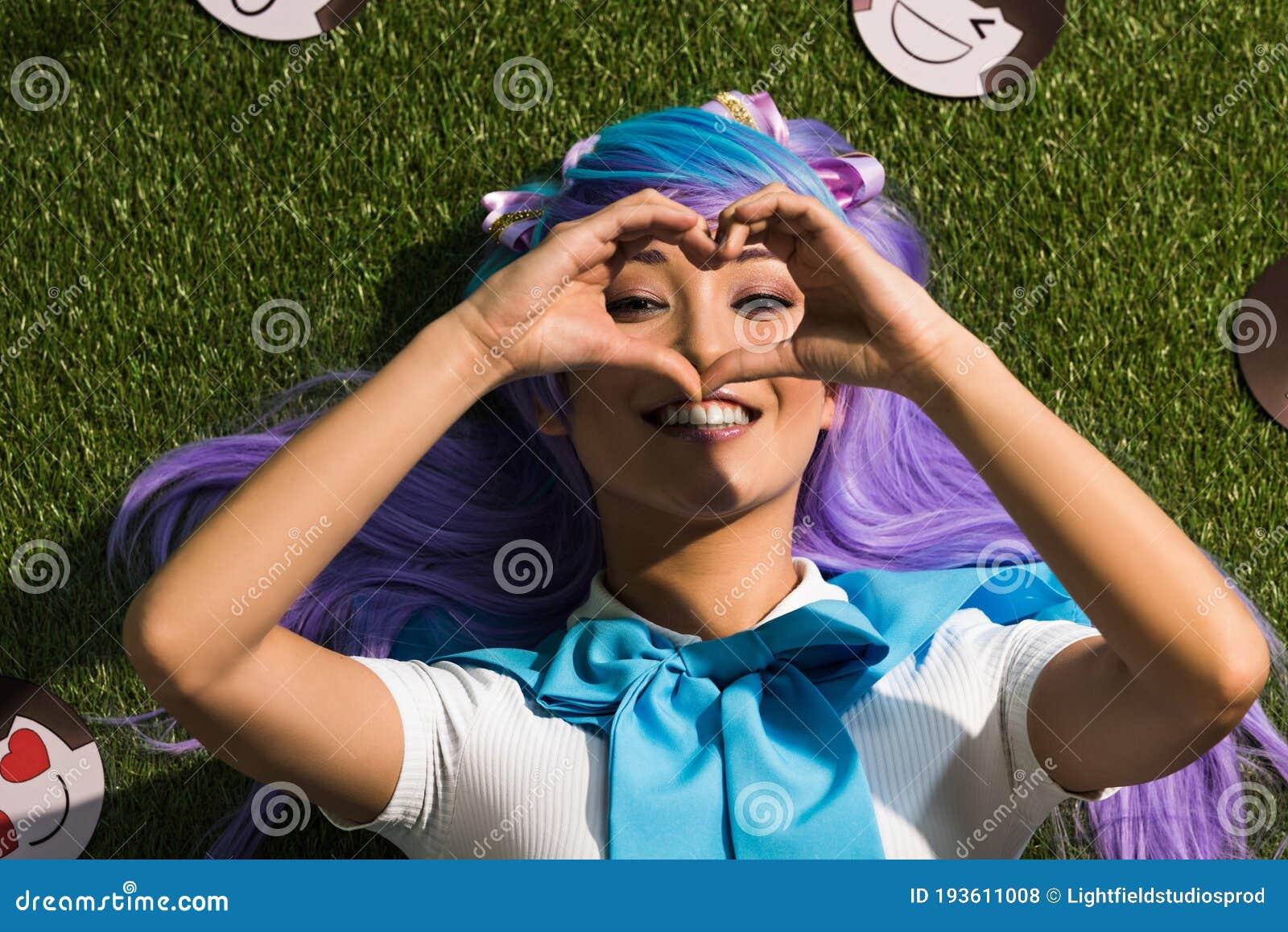 Lachendes Mädchen, Das Im Gras Liegt Stockfoto - Bild
