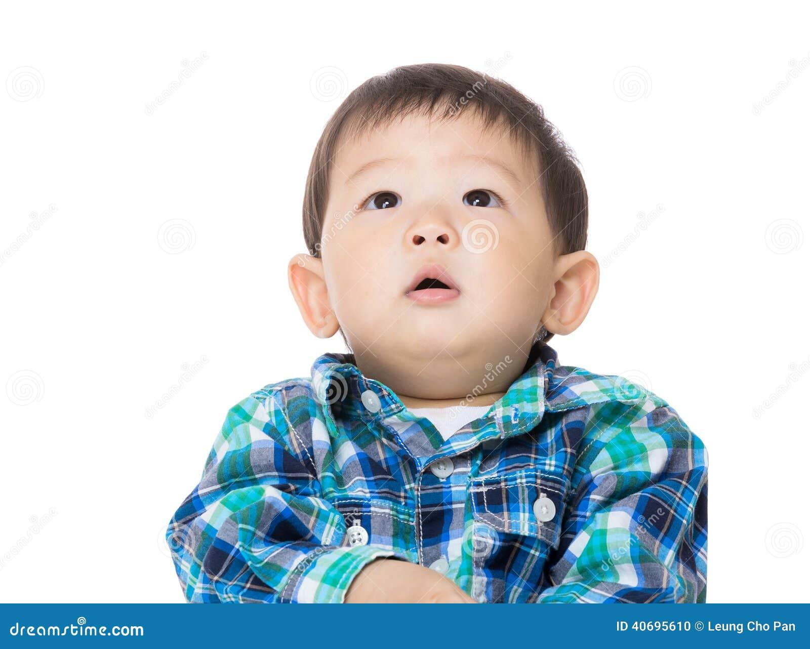 Asiatisches Baby, das oben schaut