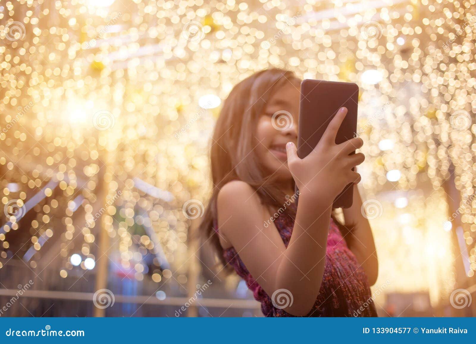 Asiatisches Kind-selfie leben Schwätzchen mit Handy