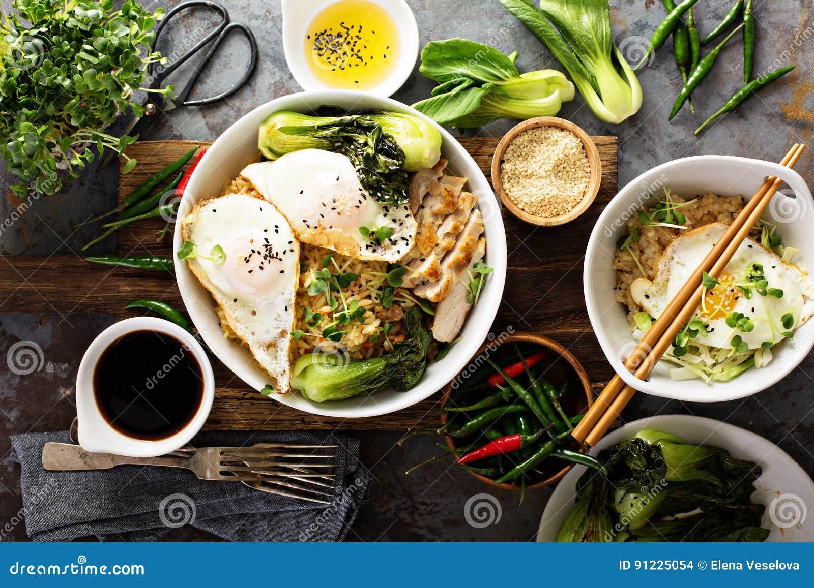 Asiatisches Lebensmittelkonzept mit gebratenem Reis, Baby bok choy