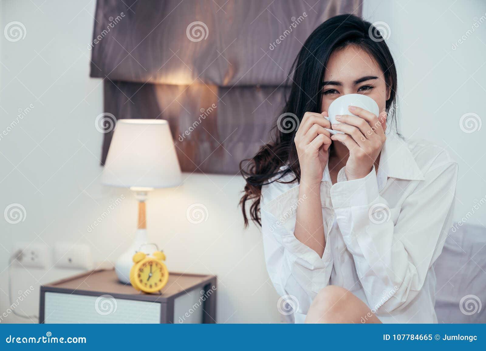Asiatisches Mädchen, das gerade morgens aufwachen