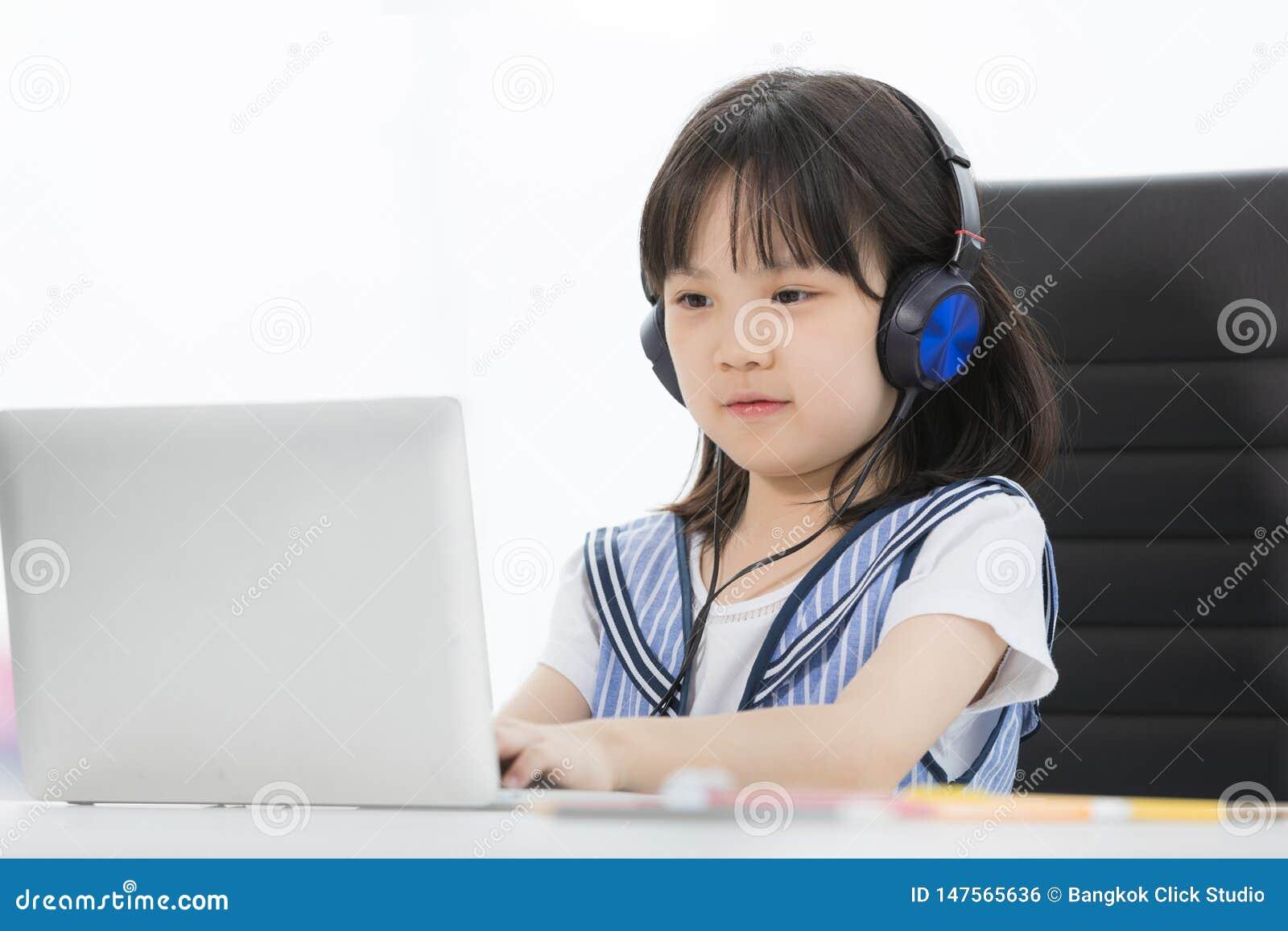 Asiatisches Mädchen trägt Kopfhörer