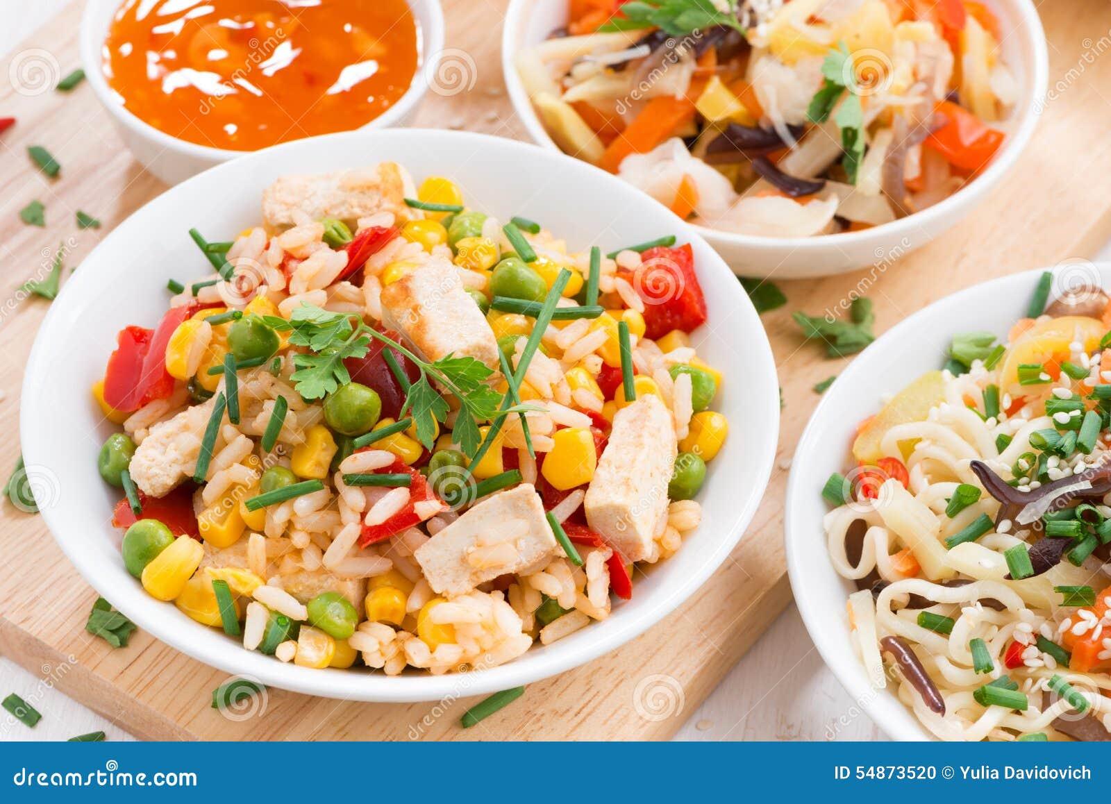 Asiatisches Mittagessen - gebratener Reis mit Tofu, Nudeln mit Gemüse