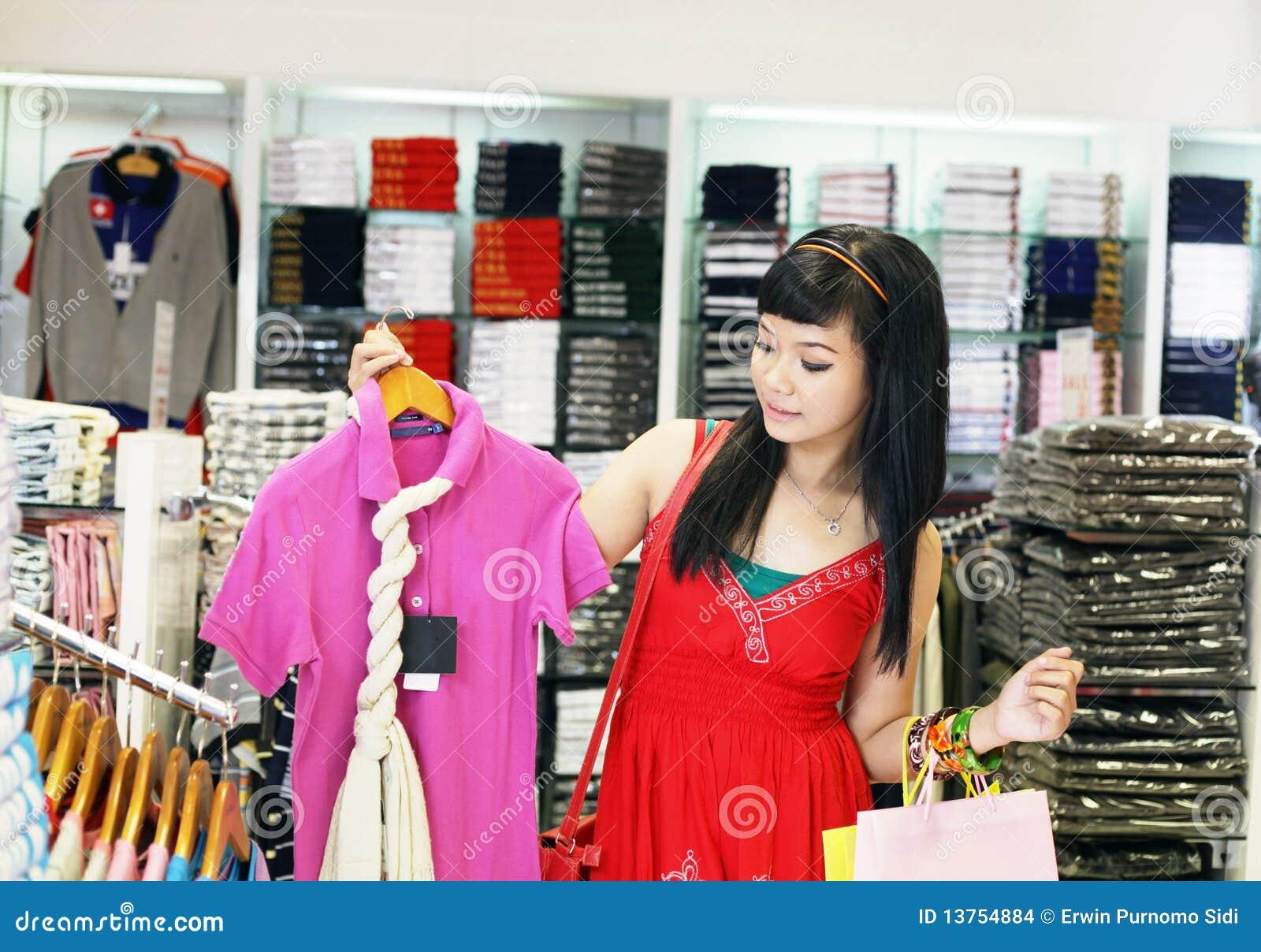 Asiatisches weibliches Einkaufen
