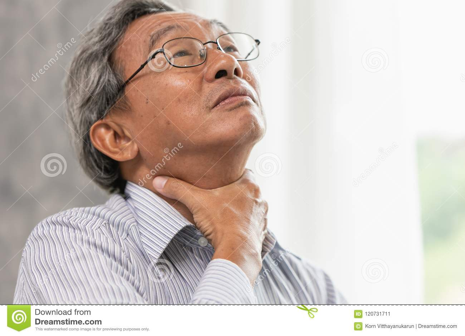 Asiatisk åtstramning för massage för hand för retning för öm hals för gamal man på halsen